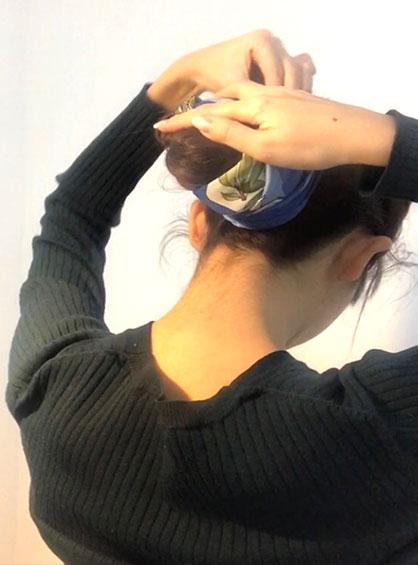 スカーフお団子ヘアアレンジ手順6結び目に巻きつけた毛束をピンで固定すれば完成