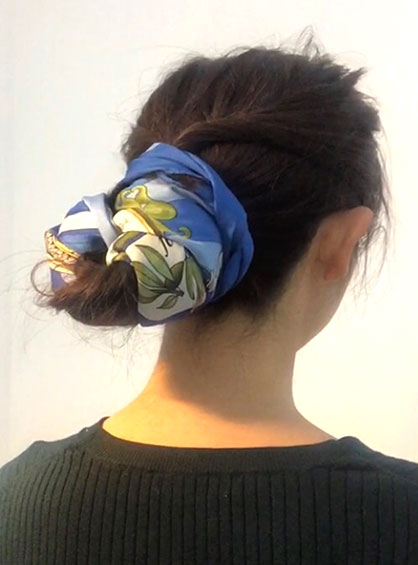 スカーフお団子ヘアアレンジ完成形を斜め後ろから見た状態
