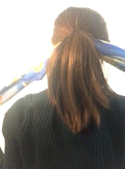 三つ編みシニヨン手順1ひとつ結びにして結び目の下にスカーフを通す