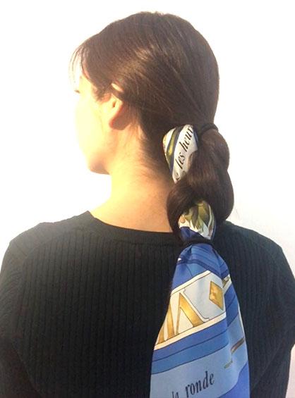 三つ編みシニヨン手順3毛先をゴムで結ぶ