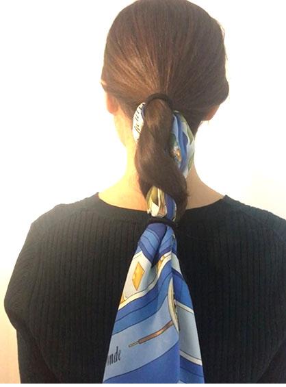 お団子を作る前に三つ編みにしたまま後ろに毛束を垂らしたスタイルをバックから見た状態