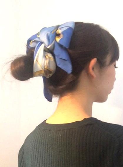 大人っぽいのにキュートな印象も与えるガーリーおだんごヘアの完成形を斜め後ろから見た状態
