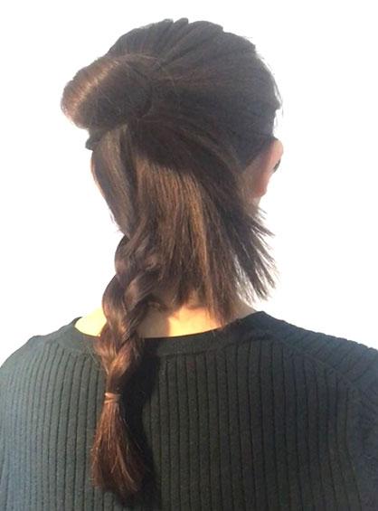 ガーリーおだんごヘア手順3下に垂らしている毛束は三つ編みにする