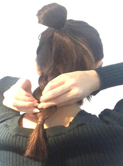ガーリーおだんごヘア手順4ゆるふわ感を出すために三つ編みの毛束を指で軽く摘まみ出す