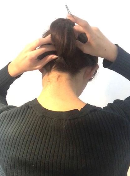 ガーリーおだんごヘア手順5三つ編みにした毛束を上の結び目に作った輪に巻きつけてピンで固定する