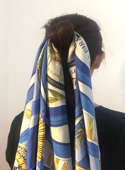 簡単おだんごヘア手順2毛先をゴムに巻きつけてピンで固定しシニヨンを作りスカーフを輪に通して左右に垂らす